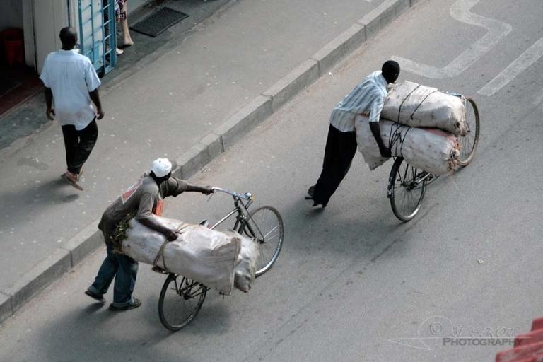 Pousser son vélo – Tanzanie