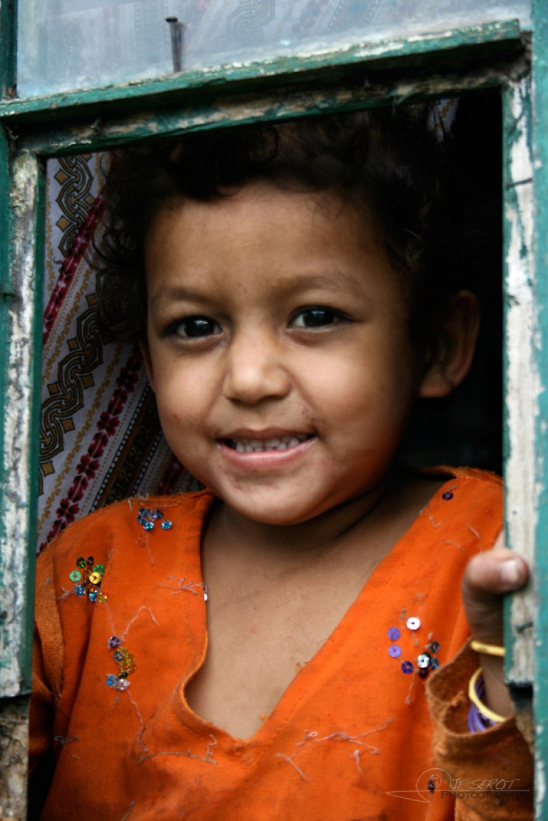 A la fenêtre – Inde