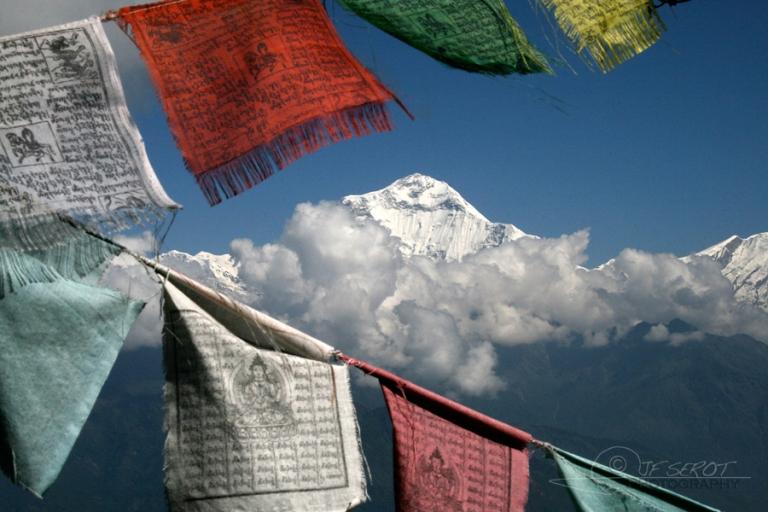 Drapeaux et sommet himalayen – Népal