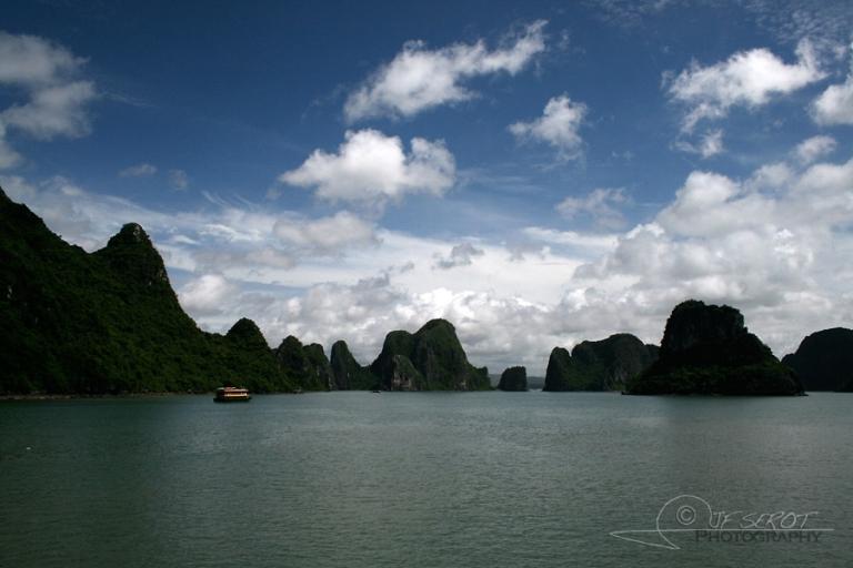 Reliefs karstiques de la baie de Ha Long – Viêt Nam