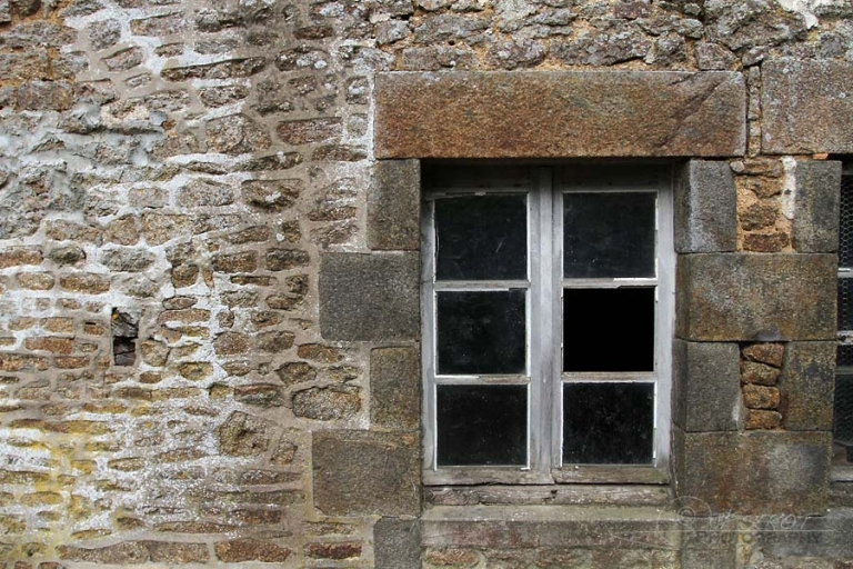 Fenêtre en pierre, Mayenne – France