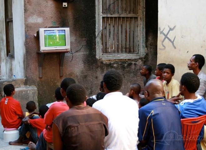 Match de foot à la télé – Tanzanie